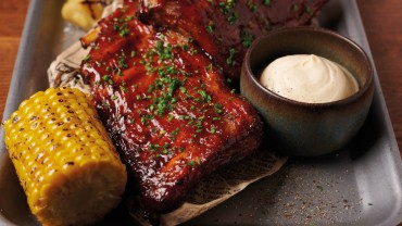 Сочни ребра с домашен барбекю сос.