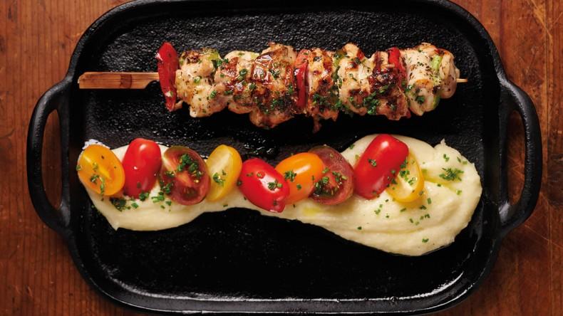 Мариновано месо от свободно гледано пиле със зеленчуци.