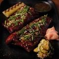 Ребра с азиатски подправки, сос с джинджър и мариновани зеленчуци.