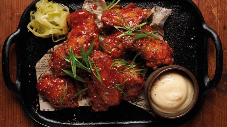 Бъфало крила с подлютен домашен сос и мариновано селъри.