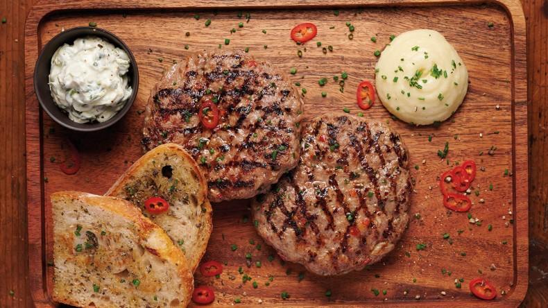 Домашна кайма от висококачествено свинско месо с чеснов сос