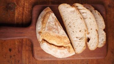 Домашно приготвен квасен хляб.